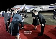 방미 일정을 마치고 귀국한 문재인 대통령과 김정숙 여사가 23일 밤 경기 성남시 서울공항에서 열린 국군 전사자 유해 봉환식에서 국군 전사자 유가족에게 인사하고 있다.