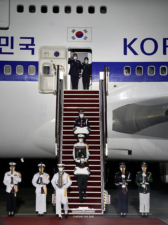 23일 밤 서울공항에서 열린 국군 전사자 유해 봉환식에서 문재인 대통령과 함께 귀국한 국군 전사자 유해가 하기되고 있다.