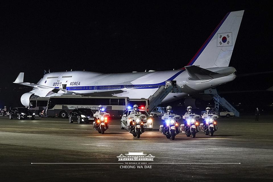 23일 밤 경기 성남시 서울공항에서 열린 국군 전사자 유해 봉환식에서 유해가 임시안치를 위해 서울현충원으로 향하고 있다.