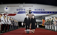 방미 일정을 마치고 귀국한 문재인 대통령과 김정숙 여사가 23일 밤 서울공항에 도착해 공군 1호기에서 내려오고 있다.