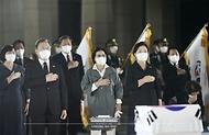 방미 일정을 마치고 귀국한 문재인 대통령과 김정숙 여사가 23일 밤 서울공항에서 열린 국군 전사자 유해 봉환식에서 국기에 경례하고 있다.