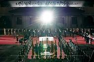 방미 일정을 마치고 귀국한 문재인 대통령과 김정숙 여사가 23일 밤 경기 성남시 서울공항에서 열린 국군 전사자 유해 봉환식에 참석하고 있다.