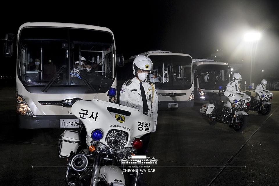 23일 밤 경기 성남시 서울공항에서 열린 국군 전사자 유해 봉환식에서 서울현충원으로 향하는 유해를 모실 군사경찰들이 묵념을 하고 있다.