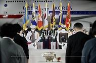 방미 일정을 마치고 귀국한 문재인 대통령과 김정숙 여사가 23일 밤 경기 성남시 서울공항에서 열린 국군 전사자 유해 봉환식에서 함께 귀국한 국군 전사자 유해 앞에서 묵념하고 있다.
