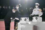 방미 일정을 마치고 귀국한 문재인 대통령이 23일 밤 서울공항에서 열린 국군 전사자 유해 봉환식에서 유해 앞에서 예를 갖추고 있다.