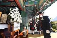 김현모 문화재청장이 23일 오후 충남 금산군에 있는 칠백의총에서 열린 '제429주년 칠백의사 순의제향'에 참석해 대통령 명의로 헌화한 뒤 묵념하고 있다.