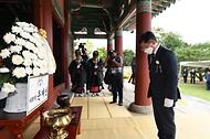 김현모 문화재청장이 26일 오후 전북 남원시 만인의총에서 열린 제424주년 만인의사 순의제향에 참석해 대통령 명의로 헌화한 뒤 묵념하고 있다.