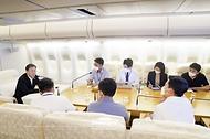 미국 순방을 마친 문재인 대통령이 23일(현지시각) 공군 1호기로 귀국 중 기내에서 기자들과 간담회를 하고 있다.