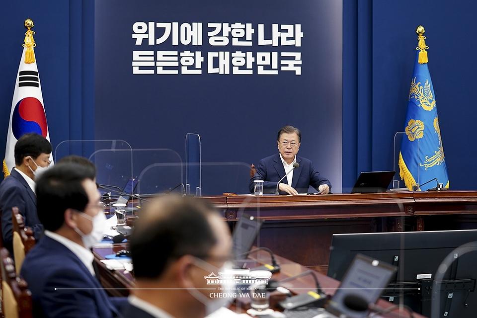 문재인 대통령이 27일 청와대에서 열린 수석·보좌관 회의를 주재하고 있다.