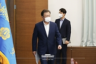 문재인 대통령이 27일 청와대에서 열린 수석·보좌관 회의에 참석하고 있다.