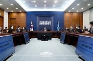 문재인 대통령이 27일 청와대에서 열린 수석·보좌관 회의에서 발언하고 있다.