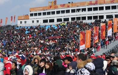 프리스타일 스키 남자 스키 하프파이프 결승 경기에 북적이는 관람객들