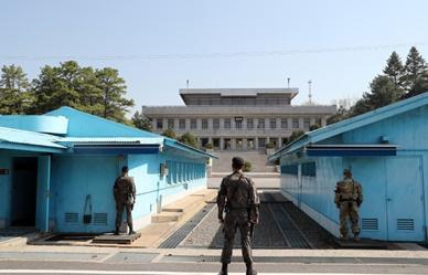 남북정상회담을 1주일여 앞두고 판문점 공동경비구역을 방문한 취재진들