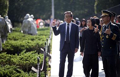 미군포로 및 실종장병 유가족 초청 위로연 한국전 참전비 참배