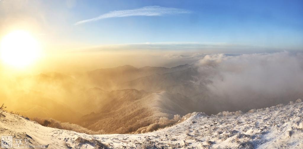 충북 단양과 경북 풍기 사이에 위치한 소백산 비로봉은 겨울 설산 트레킹 여행의 성지로 꼽히고 있다. 일출을 보며 새해 소망을 빌어본다.