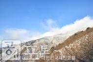 충북 단양과 경북 풍기 사이에 위치한 소백산 비로봉은 겨울 설산 트레킹의 성지로 꼽히고 있다. 멀리 구름이 흘러가는 겨울 소백산 풍경.