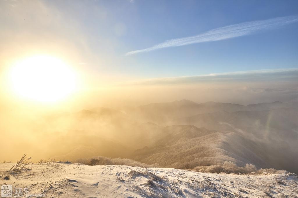 충북 단양과 경북 풍기 사이에 위치한 소백산 비로봉은 겨울 설산 트레킹의 성지로 꼽히고 있다. 찬란한 아침 해가 비로봉을 비춘다.