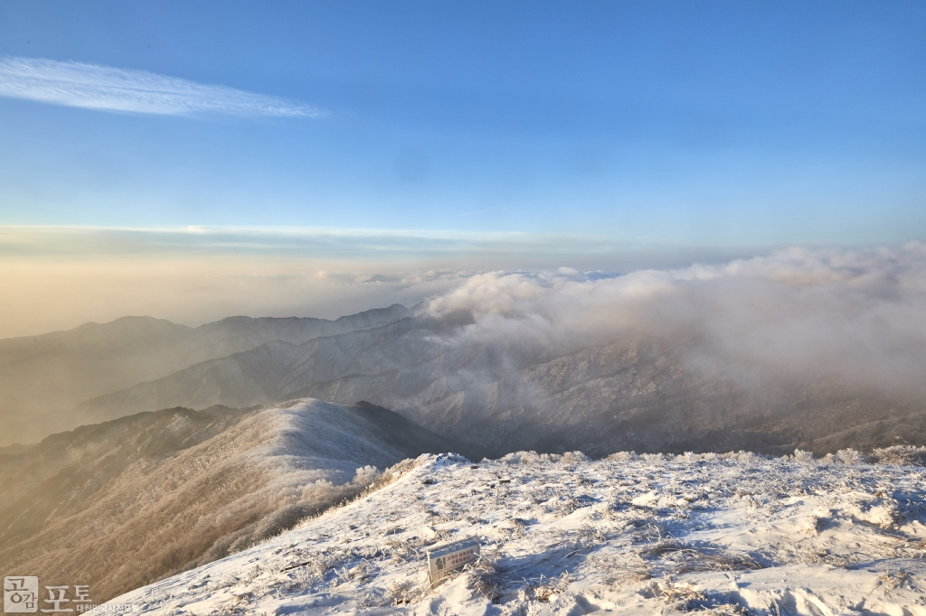 충북 단양과 경북 풍기 사이에 위치한 소백산 비로봉은 겨울 설산 트레킹의 성지로 꼽히고 있다. 탁 트인 풍경을 보니 막혔던 마음도 뚫리는 듯하다.