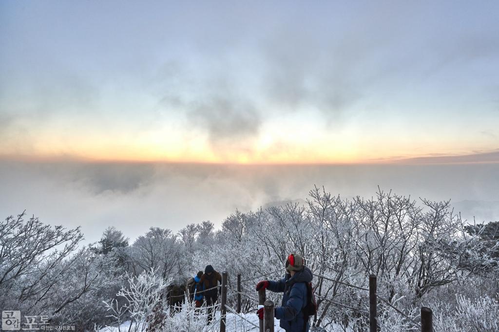 충북 단양과 경북 풍기 사이에 위치한 소백산 비로봉은 겨울 설산 트레킹의 성지로 꼽히고 있다. 일출 때가 되자 하늘이 빛으로 물들고 있다.