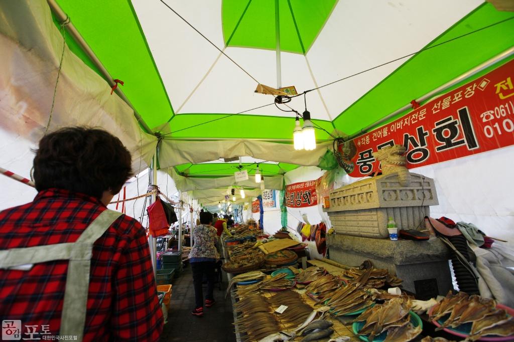 여수 수산시장에서는 회, 해산물, 건어물 등 다양한 먹거리를 판매하고 있다.<br/> <br/> -대한민국 테마여행 10선 '남도바닷길' : 여수