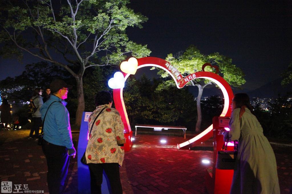 돌산공원에 있는 하트 조형물. 연인들이 사랑을 약속할 수 있는 장소이다.<br/> <br/> -대한민국 테마여행 10선 '남도바닷길' : 여수