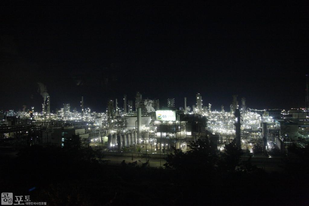 여수국가산업단지는 정유, 비료, 석유화학 계열 276여개 업체가 입주한 국내 최대 중화학 공업단지이다. 여수산단에서 내뿜는 형형색색의 조명이 멋진 야경을 펼치고 있다. <br/> <br/> -대한민국 테마여행 10선 '남도바닷길' : 여수
