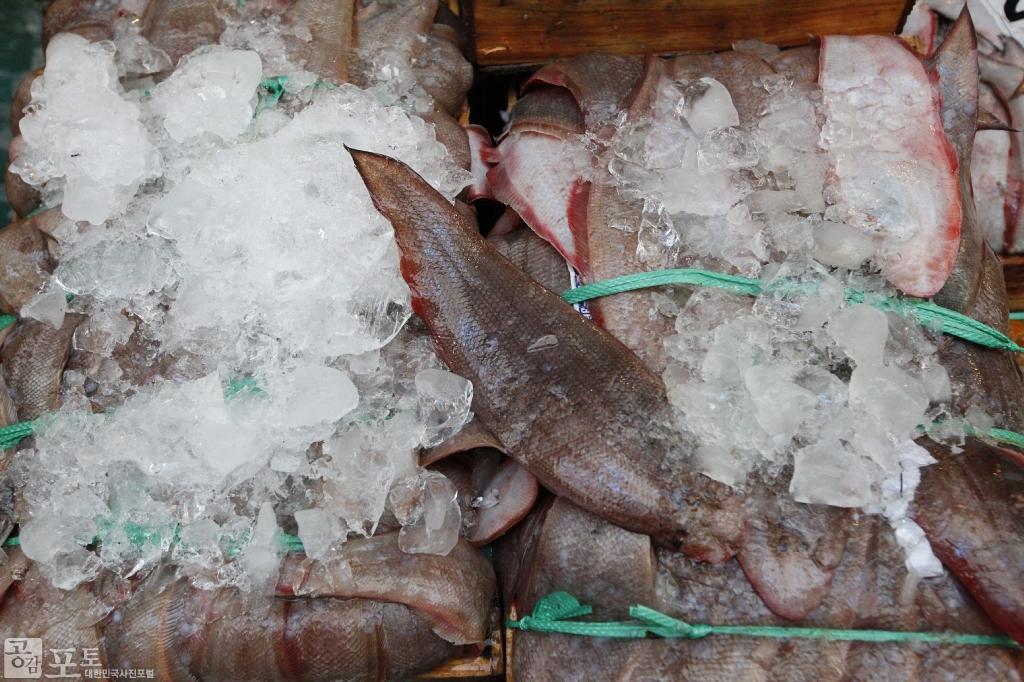 서대는 예로부터 여수를 비롯한 남해안에서 잡히던 물고기로, 여수 10미 중 하나인 서대회 무침이 유명하다.<br/> <br/> -대한민국 테마여행 10선 '남도바닷길' : 여수