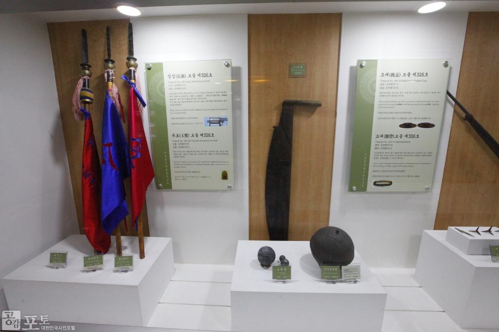 진남관임란유물전시관에서는 임진왜란 때의 해전 상황, 이순신 장군의 유물 등을 볼 수 있다.<br/> <br/> -대한민국 테마여행 10선 '남도바닷길' : 여수