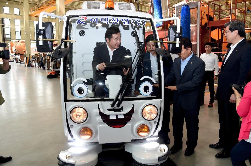 이낙연 국무총리가 7월 13일 오후 세종시 연동면 이텍산업을 방문해 전기노면청소차를 시운전 하고 있다.