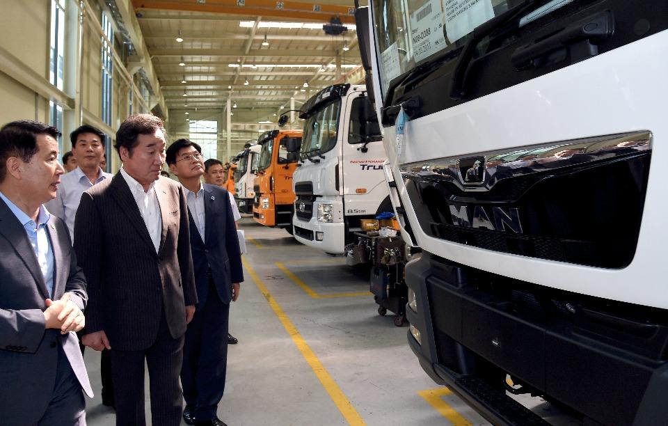 이낙연 국무총리가 7월 13일 오후 세종시 연동면 이텍산업을 방문해 특수차량 생산공정을 둘러보고 있다.
