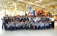 이낙연 국무총리가 7월 13일 오후 세종시 연동면 이텍산업을 방문해 관계자들과 기념촬영을 하고 있다.