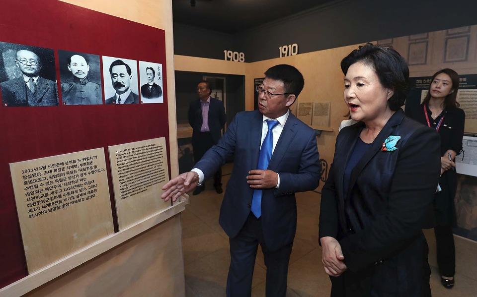 김정숙 여사가 9월 6일 오후 러시아 블라디보스토크에 소재한 우수리스크 고려인문화센터에서 고려인 이주역사관을 둘러보고 있다.