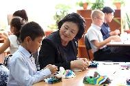 김정숙 여사가 9월 6일 오후 러시아 블라디보스토크에 소재한 우수리스크 고려인문화센터에서 현지 어린이들과 하회탈 만들기를 해보고 있다.