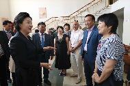 김정숙 여사가 9월 6일 오후 러시아 블라디보스토크에 소재한 우수리스크 고려인문화센터를 방문해 관계자들과 인사를 나누고 있다.