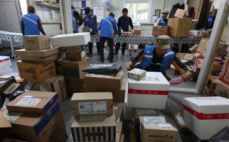 10월 17일 서울시 상계주공14단지 경로당에서 CJ 대한통운 실버택배 사업에 참여하는 어르신들이 택배 물건이 도착하자 물건을 정리하고 있다.