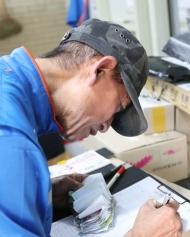 10월 17일 서울시 상계주공14단지 경로당에서 CJ 대한통운 실버택배 사업에 참여하는 어르신들이 택배물건이 도착하자 물건을 정리하고 있다. 이날 어르신(허남민, 만75세)이 맡은 물건을 배달 전에 꼼꼼히 파악하고 있다.