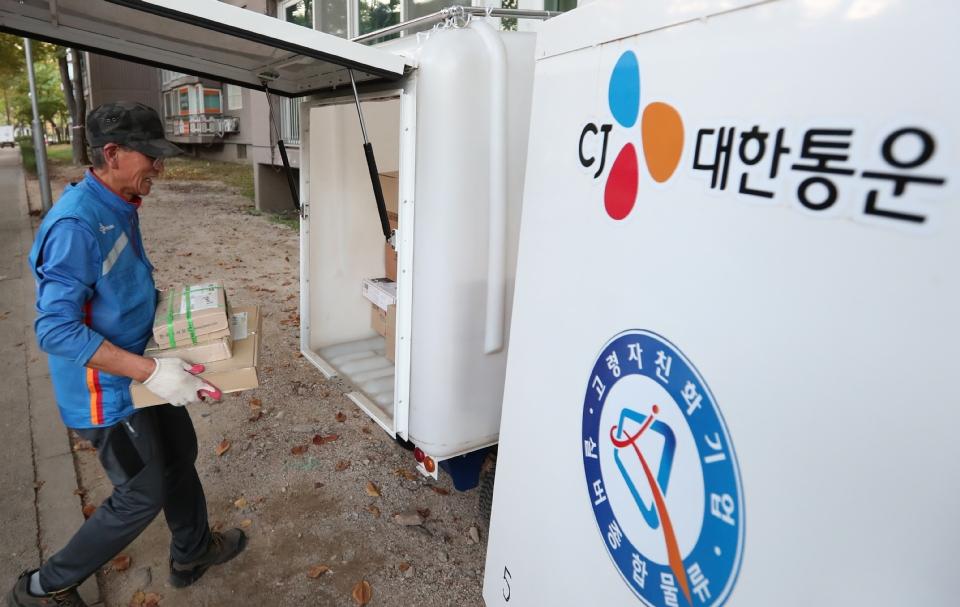 10월 17일 서울시 상계주공14단지 경로당에서 CJ 대한통운 실버택배 사업에 참여하는 어르신들이 택배물건이 도착하자 물건을 정리하고 있다. 이날 어르신(허남민, 만75세)이 맡은 물건을 전동카트에 싣고 있다.