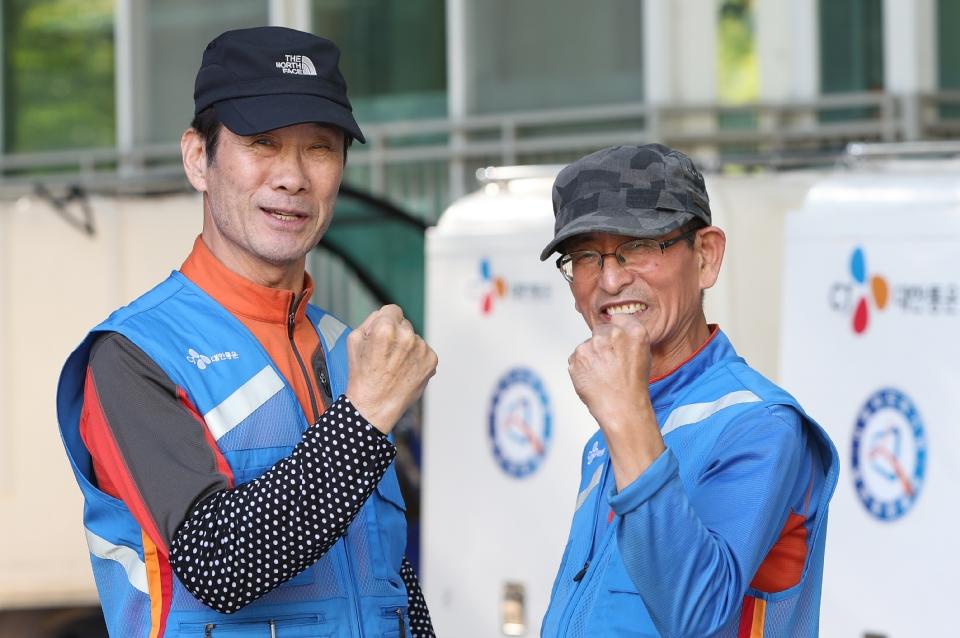 10월 17일 서울시 상계주공14단지 경로당에서 CJ 대한통운 실버택배 사업에 참여하는 어르신들이(왼쪽부터 이은호, 허남민) 기분 좋은게 파이팅을 하고 있다.