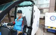 10월 17일 서울시 상계주공14단지 경로당에서 CJ 대한통운 실버택배 사업에 참여하는 어르신들이 택배물건이 도착하자 물건을 정리하고 있다. 이날 어르신(이은호, 만77세)이 전동카트를 타고 출발 전에 환하게 웃고 있다.