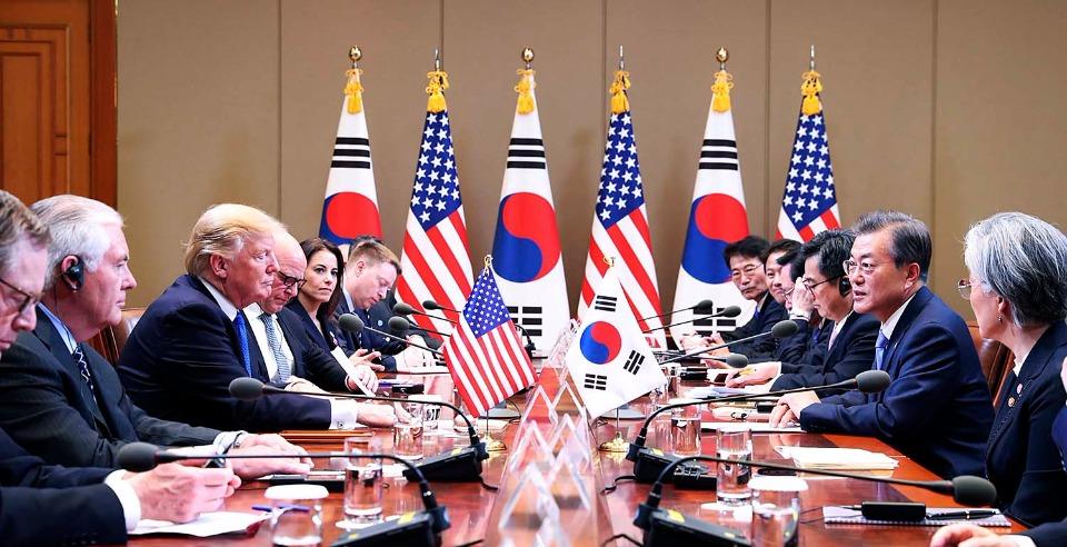 문재인 대통령과 도널드 트럼프 미국 대통령이 11월 7일 오후 청와대에서 확대 정상회담을 하고 있다.
