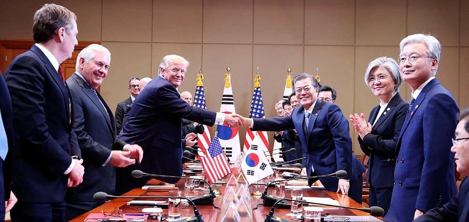 문재인 대통령과 도널드 트럼프 미국 대통령이 11월 7일 오후 청와대에서 열린 확대 정상회담에서 악수하고 있다.