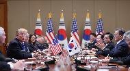 문재인 대통령이 11월 7일 오후 청와대에서 열린 확대 정상회담에서 도널드 트럼프 미국 대통령의 인사말을 들으며 박수치고 있다.