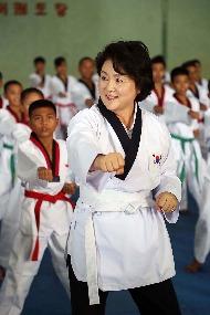[동남아 순방] 문재인 대통령 부인 김정숙 여사가 11월 9일 오전(현지시간) 인도네시아 보르도군 빠룽에 소재한 알 아쉬리야 누룰 이만 이슬람 기숙학교 내 태권도장을 방문해 도복을 입고 학생들과 태권도를 하고 있다.