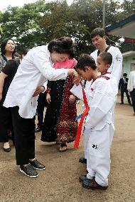 [동남아 순방] 문재인 대통령 부인 김정숙 여사가 11월 9일 오전(현지시간) 인도네시아 보르도군 빠룽에 소재한 알 아쉬리야 누룰 이만 이슬람 기숙학교 내 태권도장을 방문해 학생들과 인사하고 있다.
