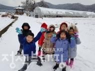충남 아산 지역에 첫눈이 내린 24일 한 어린이집에서 아이들이 눈을 보며 즐거워하고 있다.  <br>(사진=동화속어린이집)