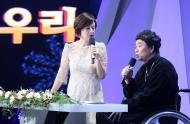 11월 30일 서울 영등포구 KBS홀에서 열린 2018 평창동계패럴림픽 G-100일 기념 '한중일 장애인예술축제' 서울 공연에서 박미선 씨와 클론의 강원래 씨가 사회를 보고 있다.