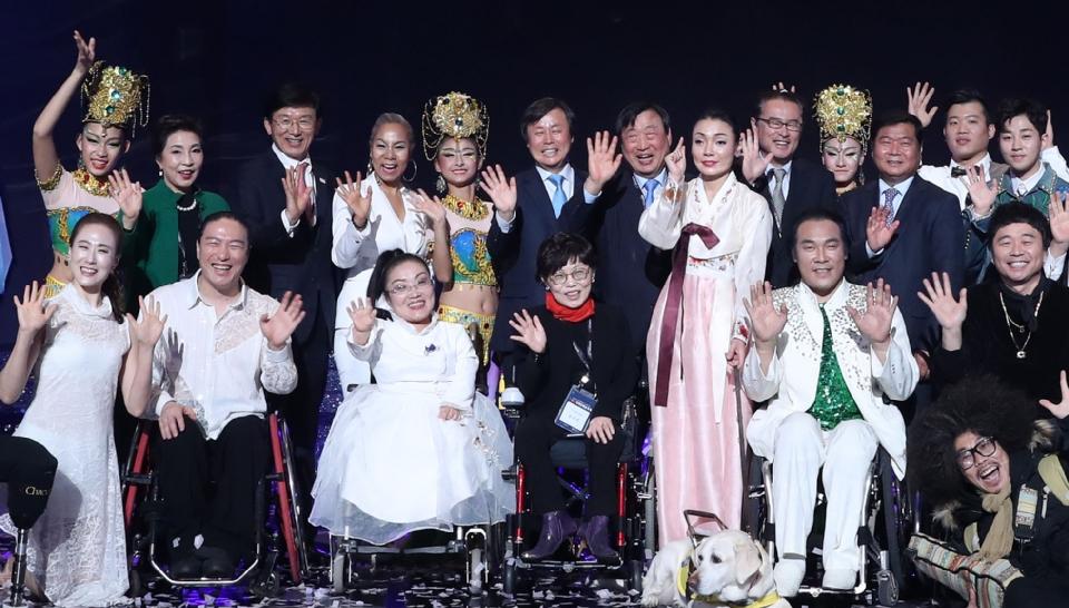 도종환 문화체육관광부장관이 11월 30일 서울 영등포구 KBS홀에서 열린 2018 평창동계패럴림픽 G-100일 기념 '한중일 장애인예술축제' 서울 공연에서 출연자들과 함께 기념촬영을 하고 있다.