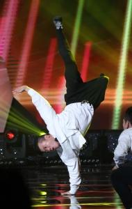 11월 30일 서울 영등포구 KBS홀에서 열린 2018 평창동계패럴림픽 G-100일 기념 '한중일 장애인예술축제' 서울 공연에서 비보이 김완혁의 공연이 펼쳐지고 있다.
