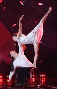 11월 30일 서울 영등포구 KBS홀에서 열린 2018 평창동계패럴림픽 G-100일 기념 '한중일 장애인예술축제' 서울 공연에서 김용우, 이소민 부부의 스포츠댄스공연이 펼쳐지고 있다.