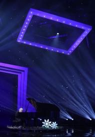 11월 30일 서울 영등포구 KBS홀에서 열린 2018 평창동계패럴림픽 G-100일 기념 '한중일 장애인예술축제' 서울 공연에서 일본장애인예술단의 이즈미타테노 씨가 피아노 연주를 선보이고 있다.